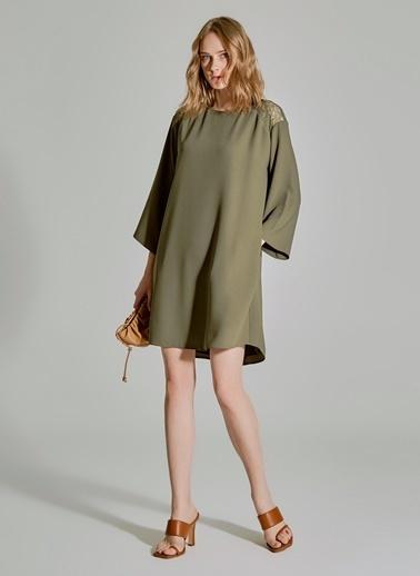 People By Fabrika Omuzları Dantel Detaylı Elbise Haki